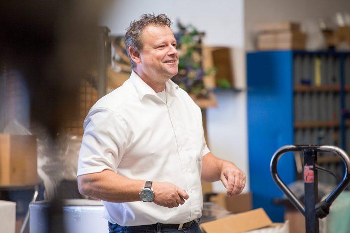 UHC Geschäftsführer Patrick Nauert in Lager für Sanitätprodukte