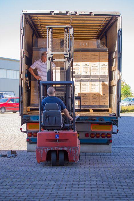 UHC Lagerarbeiter entlädt LKW