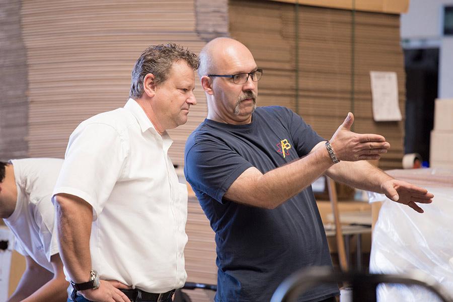 Geschäftsführer und Lagermitarbeiter von UHC prüfen Sanitätswaren