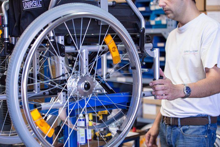 sorgfältiger Funktionstest eines UHC Rollstuhls