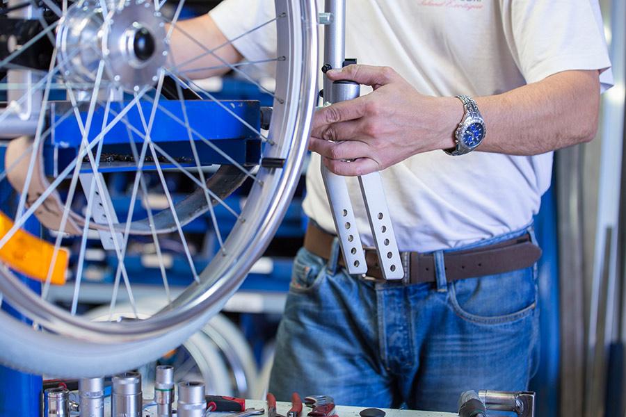 Reifentest an einem UHC Rollstuhl