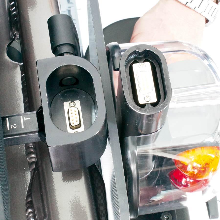 Der UHC Elektrorollstuhl Airide Go Compact verfügt über Plug & Play Steckerkontakte an den Armlehnen