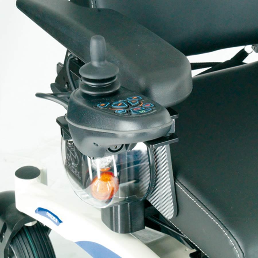 Die Steuerung und der Joystick des UHC Elektrorollstuhls Airide X-tend ist serienmäßig abschwenkbar