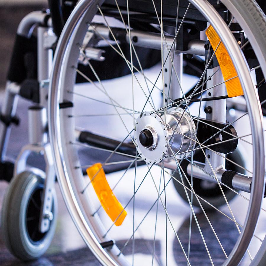 zu den Rollstühlen