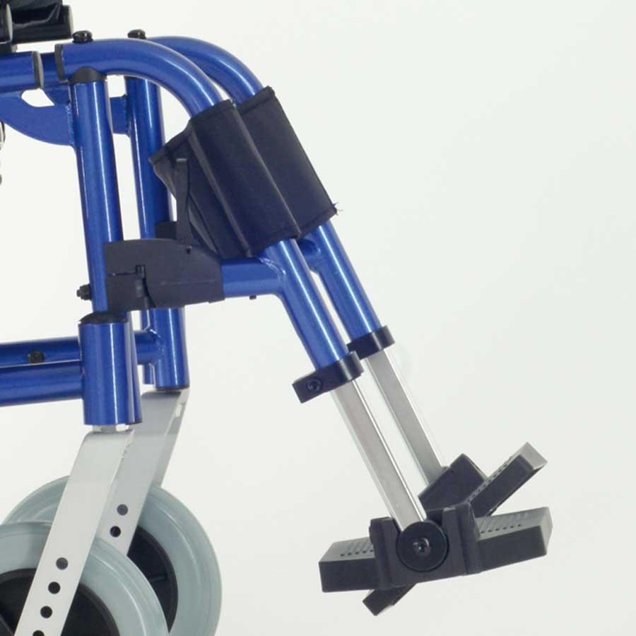 Das UHC Rollstuhlmodell 1.300 UF Beinstützen Code 33 seitliche Ansicht