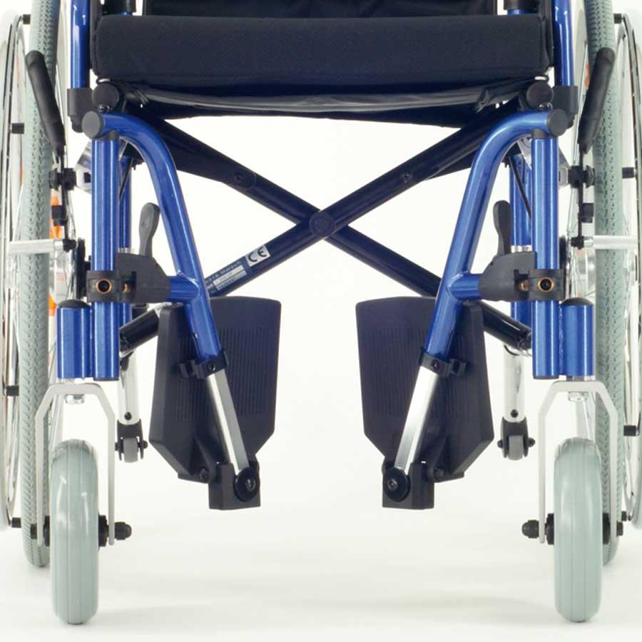Das UHC Rollstuhlmodell 1.300 UF Beinstützen Code 33 Ansicht von vorne