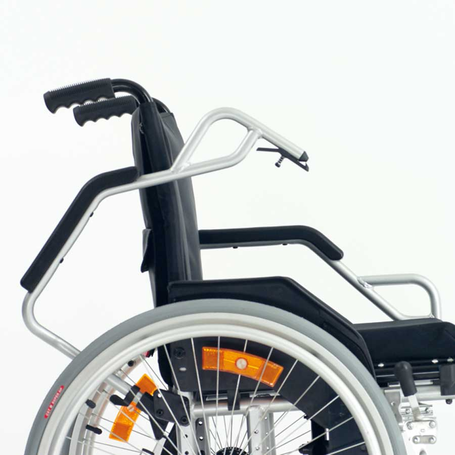 Das UHC Rollstuhlmodell 2.950-33 Carat Aktiv mit Armbügel Code 23